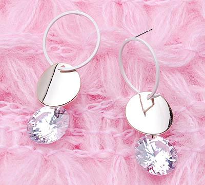时尚耳环-时尚耳环搭配-戴耳环的少女