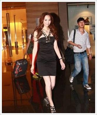 黑裙子-裙子搭配-今年流行的裙子