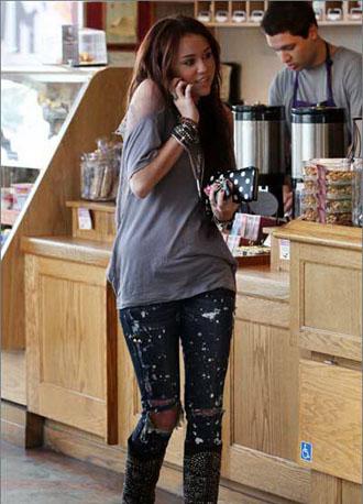 牛仔裤搭配-美女牛仔裤-破洞牛仔裤