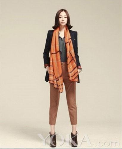米色棉衣围巾搭配