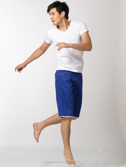 白色衬衫搭配蓝色裤子
