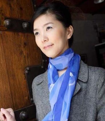 小丝巾巧系 轻松系出时尚感
