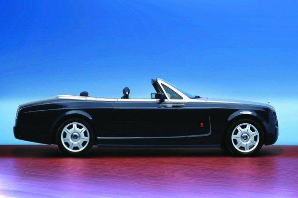 """作为一个有着百余年历史的英国豪华品牌,劳斯莱斯轿车已成为汽车王国雍容高贵的标志,众多英国皇室成员及全球超级富豪都将劳斯莱斯作为自己的御驾,它被誉为""""世界上最好的汽车"""",是身份与地位的象征。而加长款的幻影无疑是劳斯莱斯系列车型中的顶尖,加之外部全镀金,在世界范围内都绝无仅有,相信其衍生价值将远超该车型的售价。 中国消费者对私家车充满了渴望,有时不愿意等太长的时间。目前中国消费者的年龄层次比国外消费者更小一些,有很多年轻的企业家已经建立起了自己的业务,有自己的地位,而且中国人的特点是"""