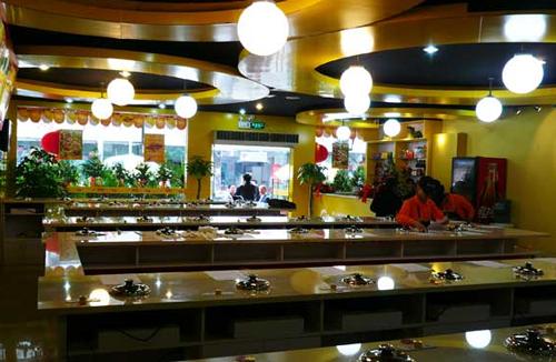 泡泡吧台式小火锅,各种锅底、小料,均由总部精心调制而成,泡泡吧台式小火锅味道独特。尤其是汤底,融合南北特色,有清汤,有麻辣,有咖喱等。新鲜蔬菜,随意组合!泡泡吧台式小火锅一年四季,想吃就吃!泡泡吧台式小火锅,只需12-26块钱,有菜有肉,有主食,能吃饱吃好,泡泡吧台式小火锅作为工作餐,是不错的选择!