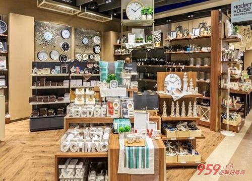 饰品加盟店在市场上受到很多消费者的喜爱,大部分都是年轻人以及学生图片