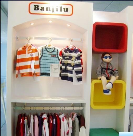 公司免费提供加盟商营业场所之标准平面设计图和效果图,柜装如需由