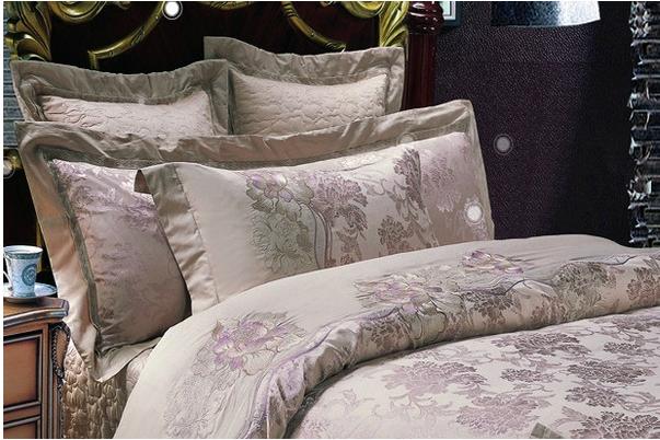 天宝家纺加盟总部创建于2003年,是一家集家用纺织品的研发、生产、销售、进出口贸易于一体的专业型家纺公司。目前,我们主要给国内外家纺品牌做代工工厂,OEM和ODM都可以做。主要客户有: 沃尔玛(美国),富安娜(深圳)、雅芳婷(香港)、雅兰(深圳),卡撒天骄(香港),远梦(东莞)等。多年来,本公司以优质的产品质量和有竞争力的价格赢得客户的好评。  天宝家纺加盟品牌目前拥有生产厂房5000平方米,专业研发人员8人,生产技术工人200人,缝纫平车一百台(祖奇),大型梳棉双道夫两台,正步单针绗缝机六台,枕芯打卷机